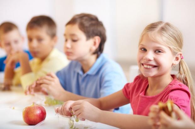 Tesco w Wielkiej Brytanii rozdaje dzieciom owoce