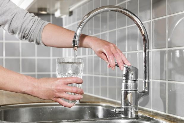Prawie połowa mieszkańców miast pije wodę z kranu (wideo)