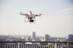 Drony i roboty odmieniają pracę w firmach kurierskich
