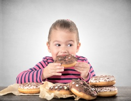 Od września nowe zasady żywienia w szkołach, wracają m.in. drożdżówki