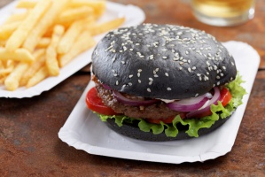 Czarne lody i burgery. Nowy trend w branży gastronomicznej