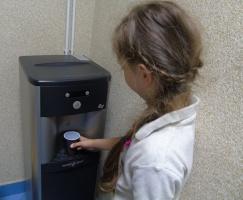 Firma vendingowa zainstalowała dystrybutory wody kranowej w szkołach