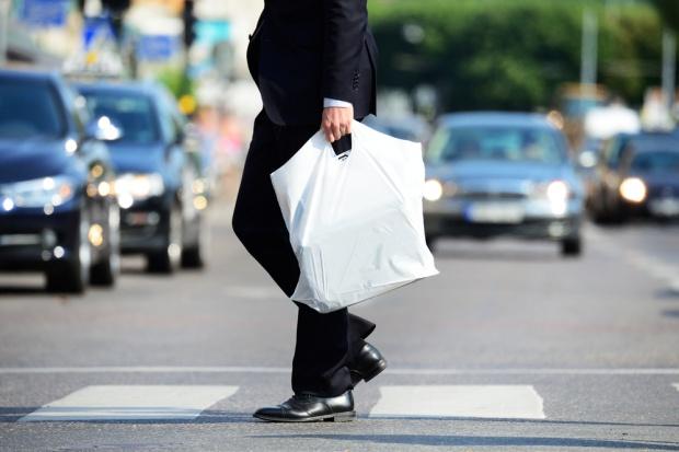 Od 2019 roku za torebkę foliową w sklepie zapłacimy nawet 1 zł!