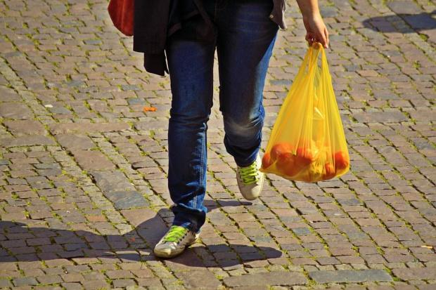 Projekt noweli ustawy o opakowaniach: Plastikowe torby na zakupy za 1 zł