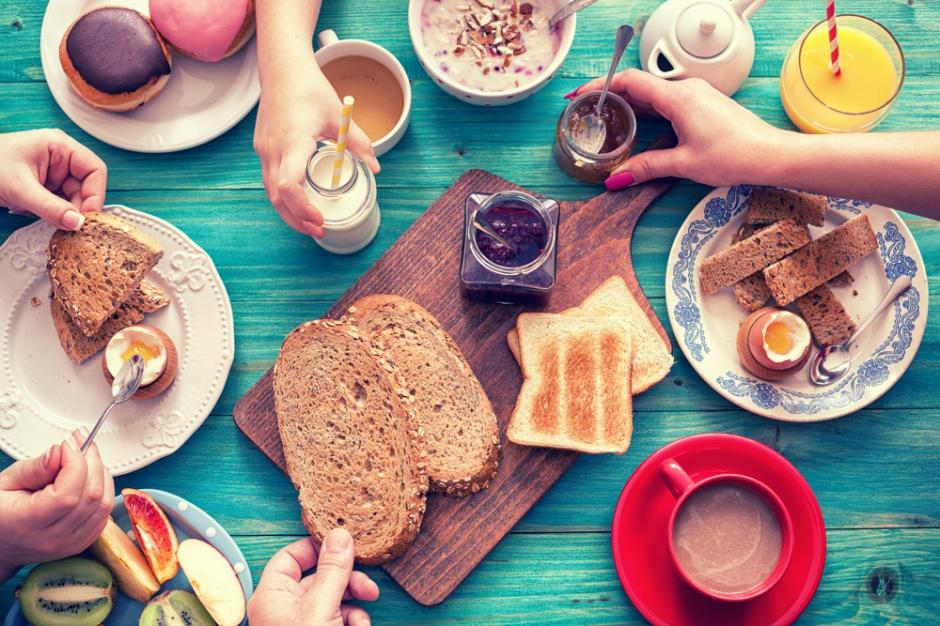 Polacy na śniadanie najczęściej wybierają pieczywo i wędlinę, rzadziej mleko