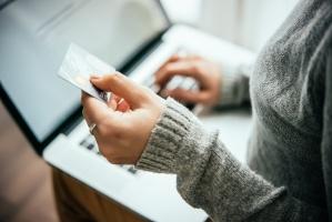 E-commerce: Większa sprzedaż odzieży, akcesoriów i dodatków