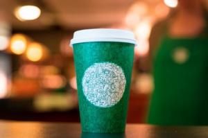 Kubek Starbucksa w nowej odsłonie podzielił Amerykanów