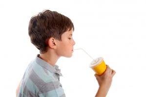 Napoje, słodycze, chipsy i fast food  – to najczęściej kupują młodzi Polacy