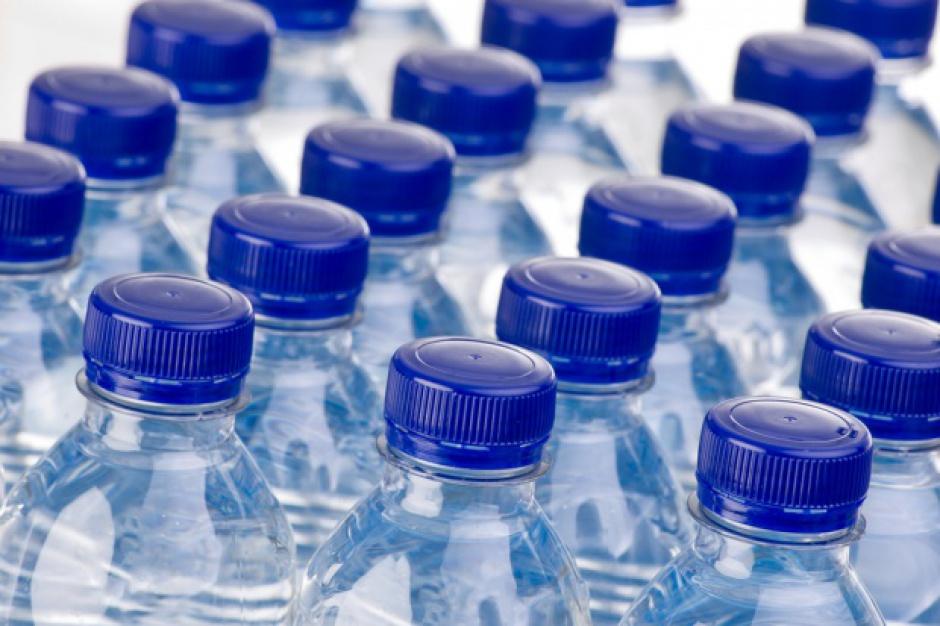 Producenci wykorzystują modę na picie wody wśród dzieci