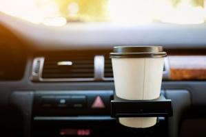 Raport: Klienci sklepów przy stacjach paliw najchętniej kupują napoje ciepłe i zimne