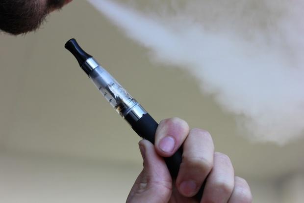 Handel e-papierosami kwitnie mimo zakazów