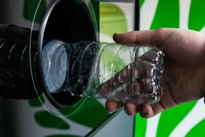 Niemcy: Wyłudził 44 tys. euro z automatu do recyklingu butelek