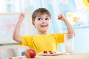 Naukowcy: Tłuste mleko nie tuczy dzieci