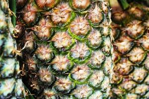 Na rynku ananasów i brzoskwiń panuje niedobór i wysokie ceny