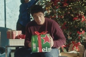 Benicio Del Toro w świątecznej reklamie Heinekena (wideo)