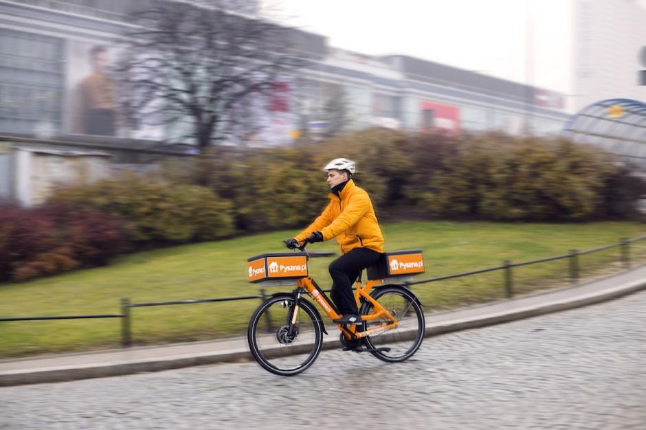 Kurierzy dań restauracyjnych przesiadają się na rowery