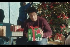 Benicio del Toro w kampanii Heinekena na święta