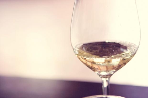 Białe wino może zwiększać ryzyko raka skóry