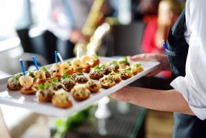 Polacy wydają coraz więcej na katering i dostawy posiłków