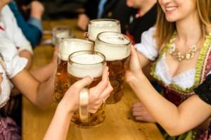 Ok. 13 proc. obywateli UE nie może sobie pozwolić na wyjście na drinka i do restauracji