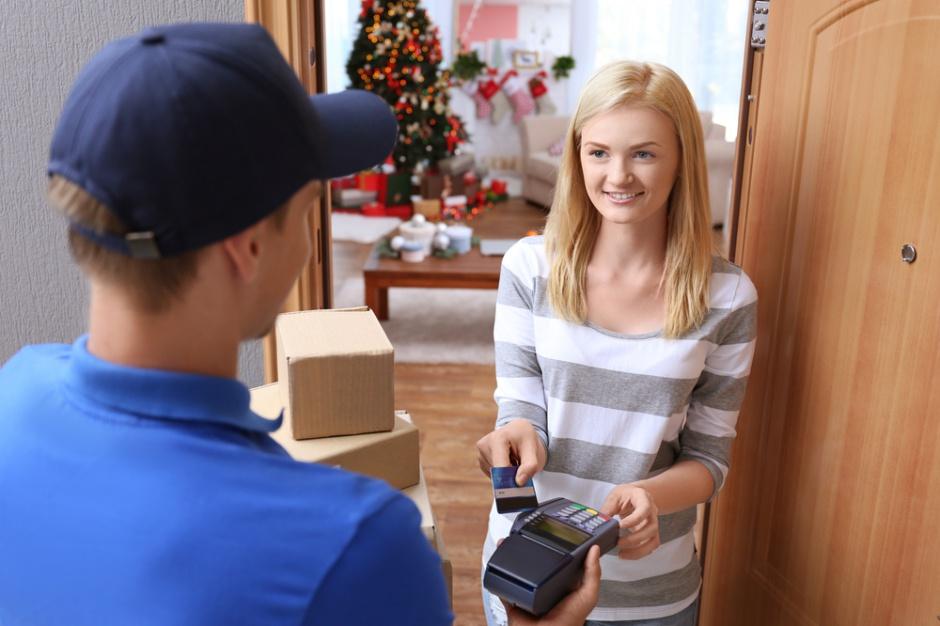 E-sklepy przed świętami: Transakcje bezgotówkowe i przesyłki kurierskie