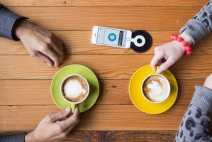 Ładowarka do telefonu na stoliku umożliwi wysyłanie spersonalizowanych ofert promocyjnych