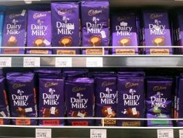 Brytyjczycy oburzeni: Legendarna czekolada Cadbury produkowana we Wrocławiu!