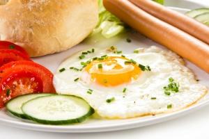 Śniadania hotelowe: Królują jajka i kiełbaski