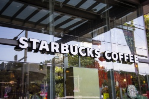 Pikieta pod kawiarnią Starbucks. Sieć odniosła się do zarzutów