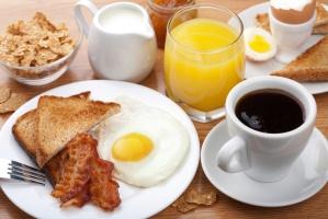 """Jajka i kawa to śniadaniowe """"przeboje"""" w polskich hotelach"""