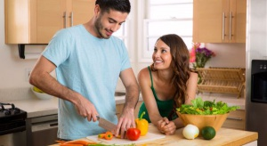 Millenialsi nie chcą stać przy garach; tracą zainteresowanie mięsem i jedzą więcej warzyw