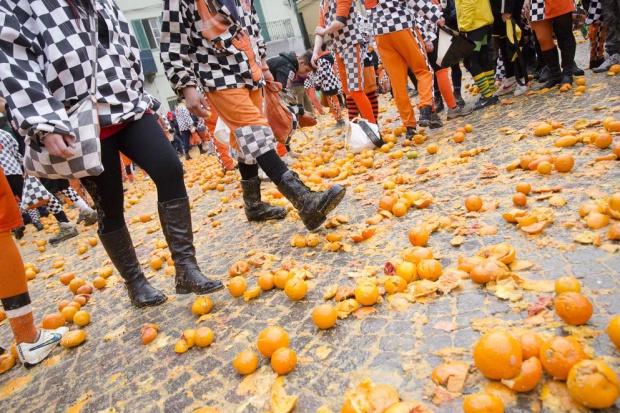 Włochy: 138 osób z obrażeniami po karnawałowej bitwie na pomarańcze