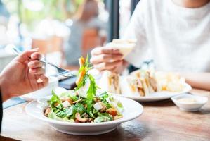 """Lunch coraz częściej """"na mieście"""". Rośnie liczba ofert i lokali gastronomicznych"""