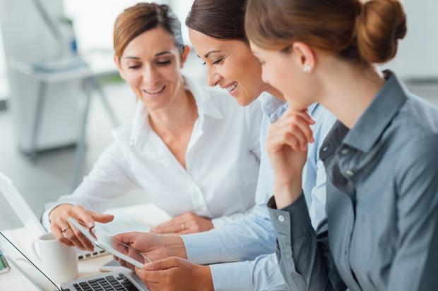 Badanie: Kobiety na rynku pracy czują się mniej pewnie niż mężczyźni