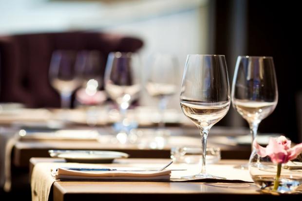 Według ekspertów restauracje powinny szkolić personel, jak obsługiwać niewidomych