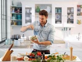 Polscy mężczyźni coraz chętniej gotują w domowym zaciszu