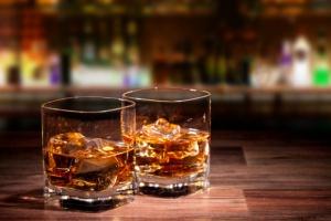 Polacy kupili 28 mln butelek szkockiej whisky; coraz bardziej lubią też droższe odmiany irlandzkiej