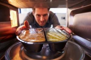 Jak Polacy kupują dania gotowe? Głównym kryterium: cena i dostępność
