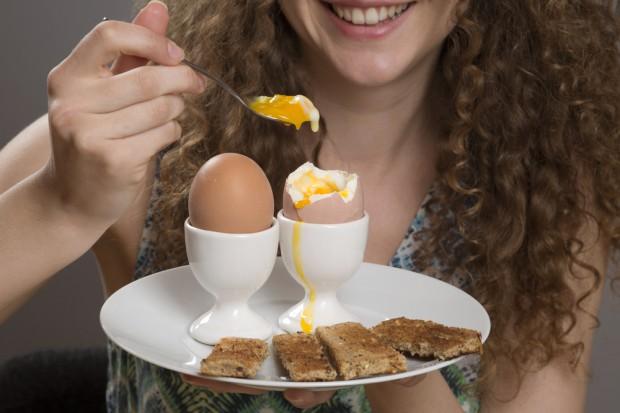 Zdrowa osoba może bez obaw zjeść nawet trzy jajka dziennie