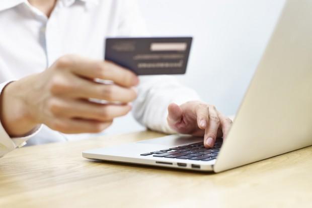 Badanie: 70 proc. zakupów w e-sklepach klienci opłacają przez internet