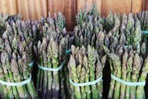 Polacy coraz chętniej jedzą zielone szparagi