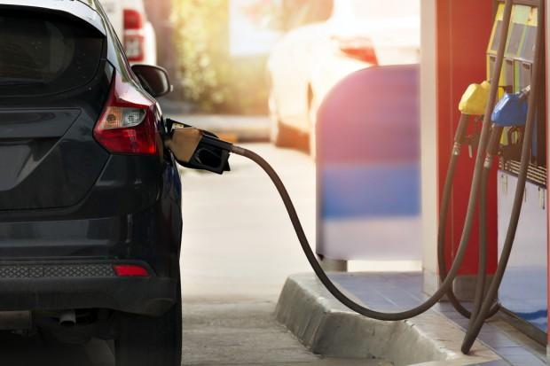 Na stacjach benzynowych na początku maja spadek cen paliw