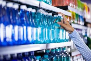 UOKiK: Na większości lotnisk można kupić najtańszą wodę w butelce 0,5 litra za ok. 1 euro