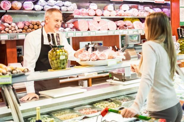 Sklepy małoformatowe w kwietniu: Wzrost sprzedaży alkoholu, jajek i majonezu