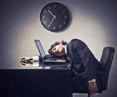 Pracownikom polskich firm brakuje optymizmu i koncentracji uwagi (raport)