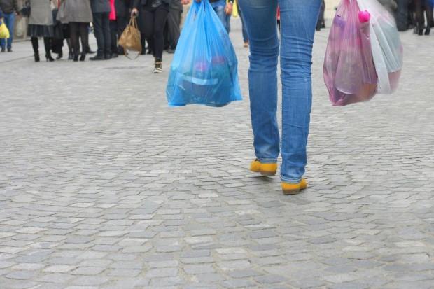 KE wzywa Polskę do wprowadzenia przepisów ws. plastikowych torebek
