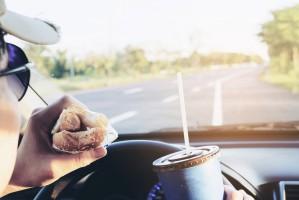 Badanie: Kierowcy najczęściej wybierają kawę i hot dogi