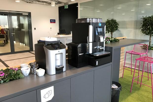 Vending: Rośnie zapotrzebowanie firm i instytucji na wodę i kawę z automatów