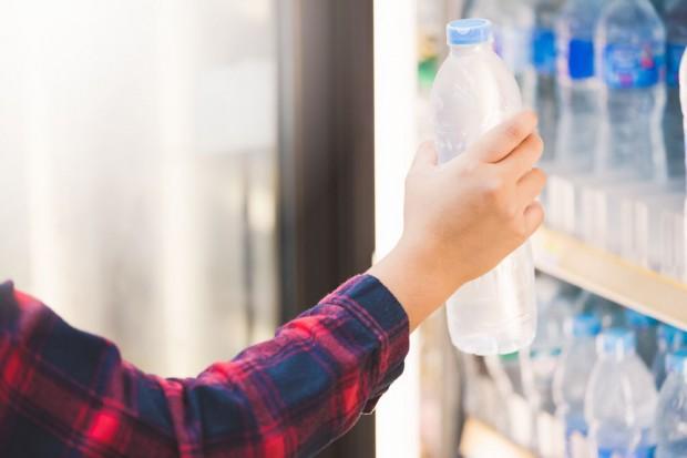 USA: Spożycie wód butelkowanych wreszcie wyższe od napojów gazowanych. Zobacz 3 najważniejsze trendy