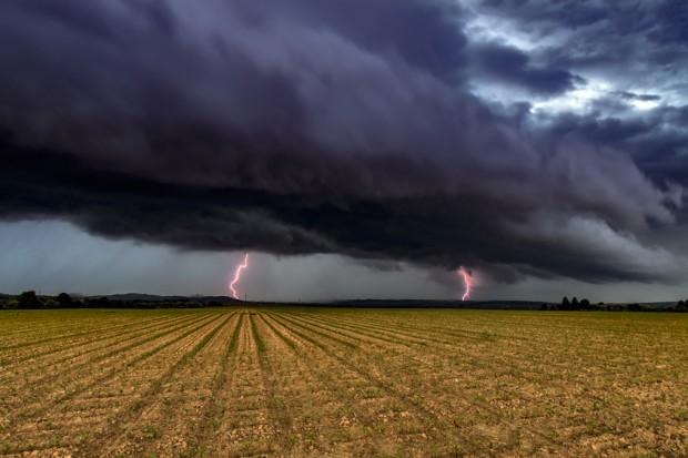 RCB: Ostrzeżenia dla 8 województw w związku z prognozowanymi burzami